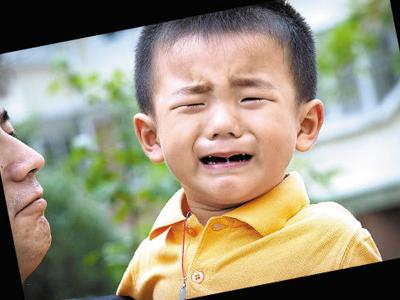 小孩哭闹矢量图